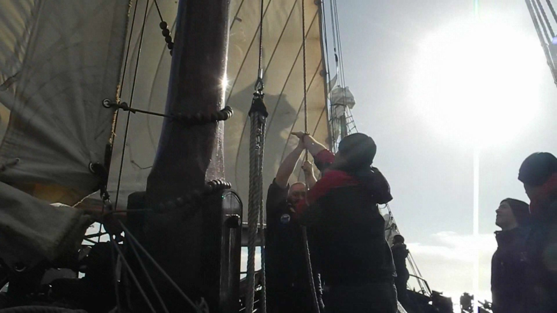 Beim Hissen des Focksegels (IJsselmeer 2014)